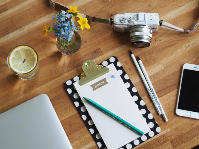 Žárovková vázička, luční květy, nový zápisník a fotogenické zátiší